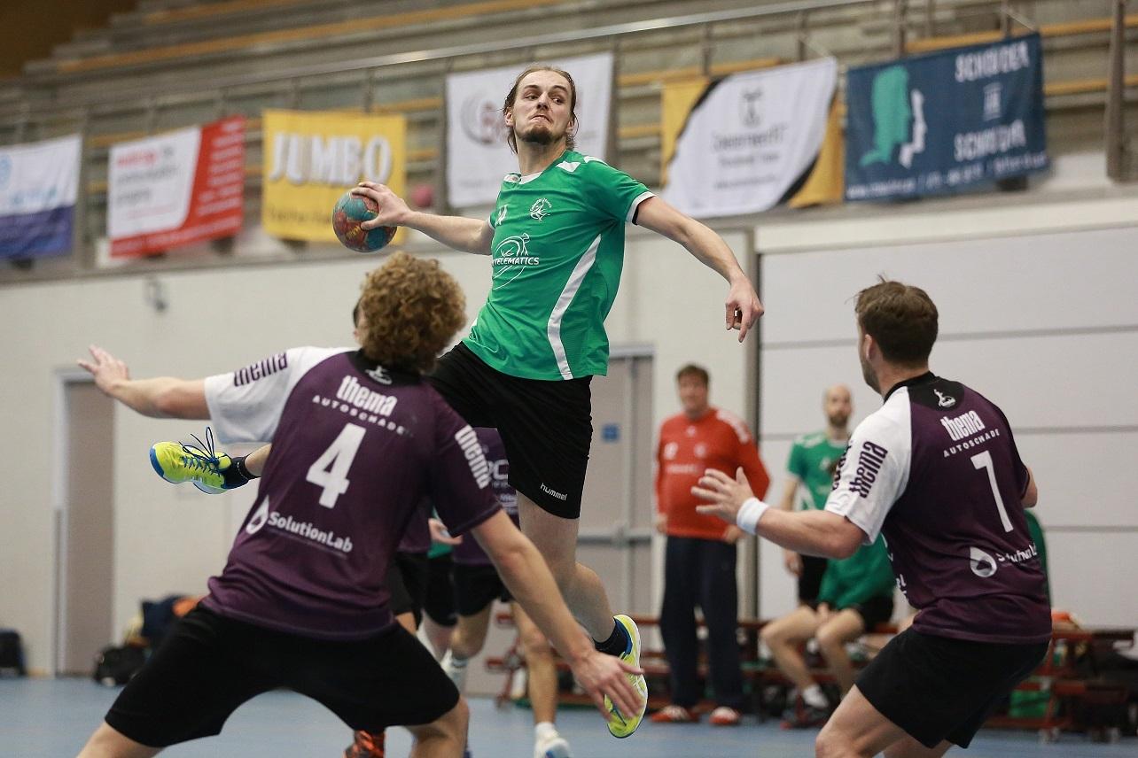 Kaeye Vogelsang schiet met sprongschot op doel Gemini, deze fraaie actie geeft geen resultaat de bal treft de paal