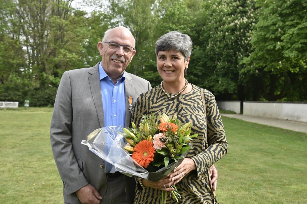 Met zijn echtgenote Carla, net nadat hij benoemd is tot Lid in de Orde van Oranje Nassau. Jaap van den Broek © BDU media
