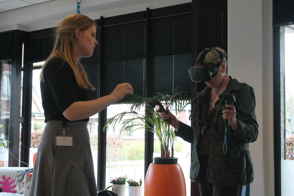Marja Bruinsma probeert de VR-bril uit. Hannie van de Veen © BDU media