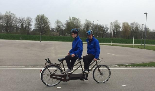 Het wereldrecord achteruit fietsen op een tandem leverde 1700 euro voor Make-A-Wish op.