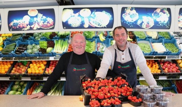 Cees Spronk en Paul Griekspoor in het kleurrijke decor van 'hun' winkel: 'de crisisjaren zijn voorbij.'