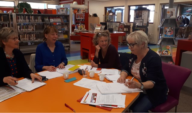 Mirjam van zweeden (GoedVolk), Nelleke Hurkens, Liesbeth Faber en Lieke Bos (ZOUT) in gesprek over dialoogtafel wegwerpplastic.
