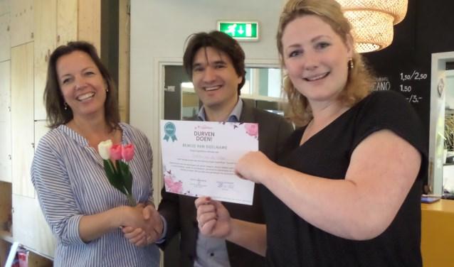 Een trotse Single SuperMom ontving uit handen van wethouder Roduner en coach Marije Scheerder het certificaat 'Durven Doen!'