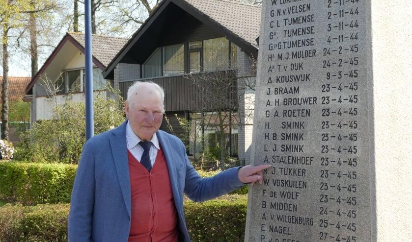"""Bertus van de Grootevheen bij de gedenknaald in Hoogland. ,,Enkele van deze mensen heb ik gekend."""""""
