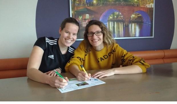 Mieke Hilhorst van Bunnik Beweegt en Agnes Corbeij van Bunniks Nieuws ondertekenen de overeenkomst