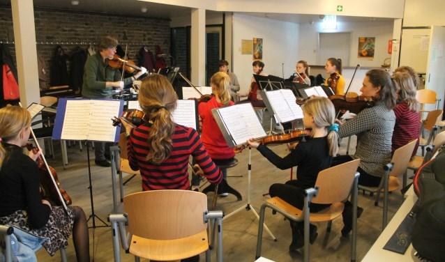 Bij het concert treden de Eierhooghedenzowel samen als met het WKO op.