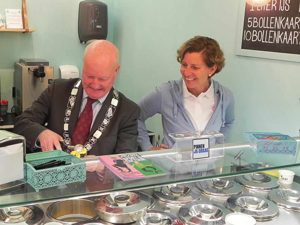 Burgemeester Ruud van Bennekom moest er even inkomen maar maakte daarna met veel plezier de lekkerste ijsjes. Richard Thoolen © BDU media