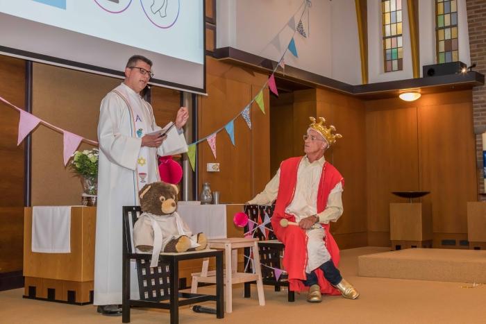 De Koning in gesprek met ds. Alexander Veerman, terwijl ds. Beer aandachtig luistert Gert van Tent © BDU media