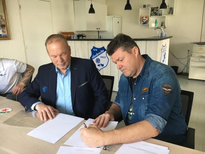 Rechts Ad Dekker van Fordekk Services en Kees Verhoef van VV Sliedrecht