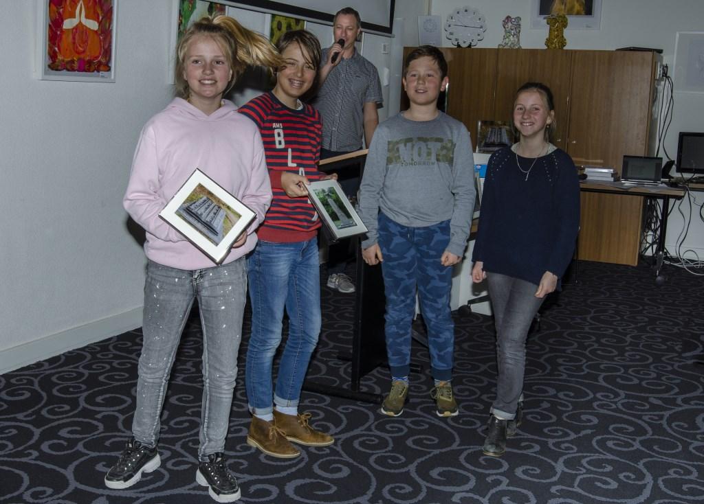 Leerlingen van groep acht dragen de monumentenfoto's over aan leerlingen van groep zeven Ellen Toledo © BDU media