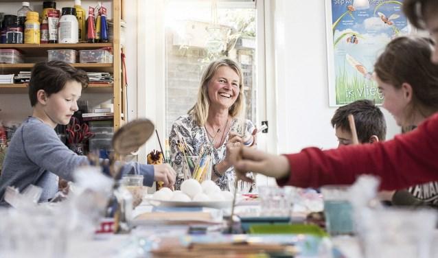 Anjolein Schraven beschilderd eieren met 'haar'kinderen tijdens tekenles