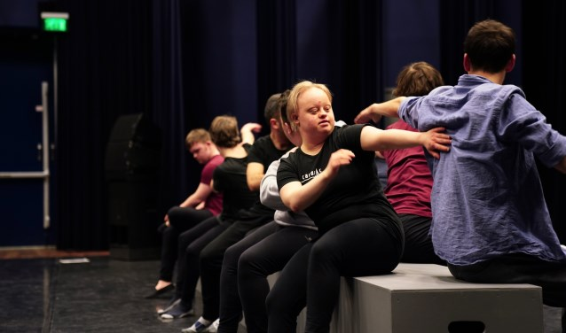 De dansers van Cardiac Output tijdens een repetitie.