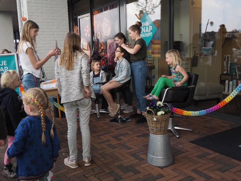 De kappers van Team Kappers zorgden mooi vlechtwerk in de haren van bijna alle aanwezige meisjes Mariska Stehouwer © BDU media