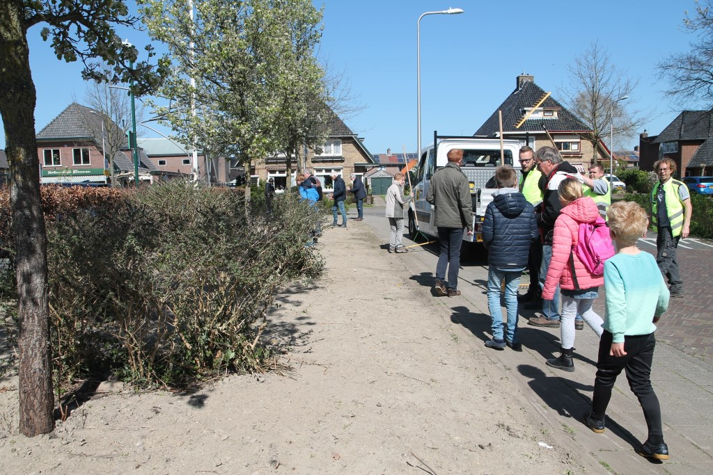Buurtbewoners krijgen allemaal een bakje zaad om mee te helpen zaaien Hannie van de Veen © BDU media