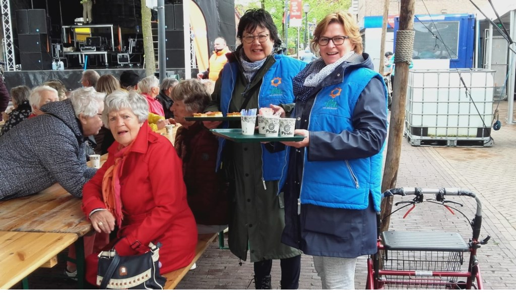 Senioren in Hoevelaken genieten van een gratis tompoes en een kopje koffie. Gerrit Steen © BDU Media