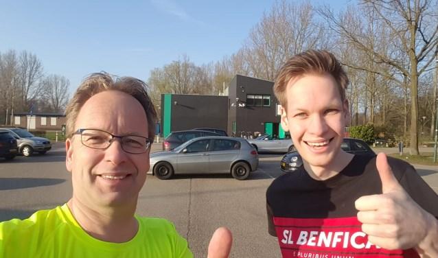 Sander Nijland (hier op de foto met vader Tim) is tevreden met Het Buiningpark als locatie voor de Hartloop.