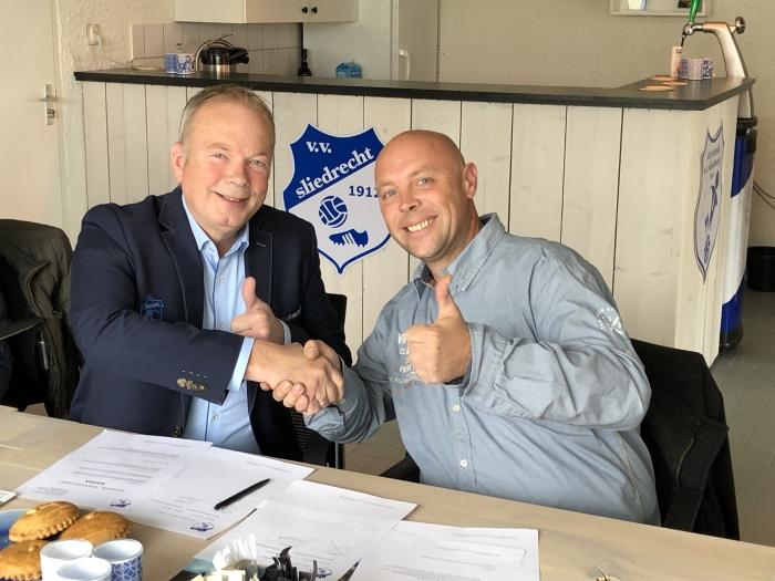 Foto: Corné van Wijngaarden(rechts) en Kees Verhoef bekrachtigen Bronzen sponsorcontract