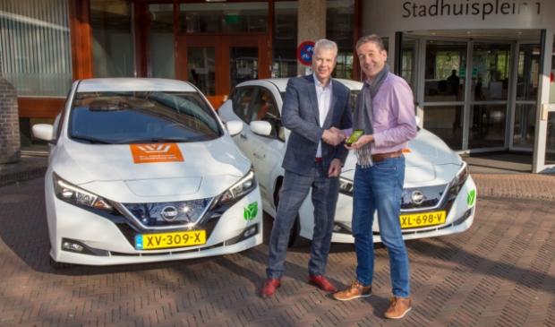 """<p>Buurauto directeur Alex van der Woerd overhandigde in april 2019 wethouder Hans Buijtelaar de sleutels voor acht nieuwe, duurzame deelauto&#39;s (<a href=""""https://www.destadamersfoort.nl/deeljenieuws/lokaal/212048/buurauto-breidt-weer-uit-met-acht-deelautos-581357"""" rel=""""noopener noreferrer"""" target=""""_blank"""">Buurauto</a>)</p>"""