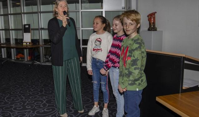 Burgemeester Nienhuis feliciteert Taeke, Mette & Kim met hun winnende gedicht