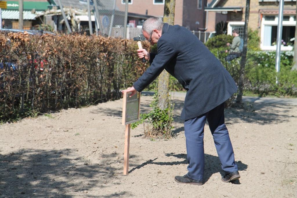 Pieter de Kruif slaat het eerste bordje in de grond Hannie van de Veen © BDU media