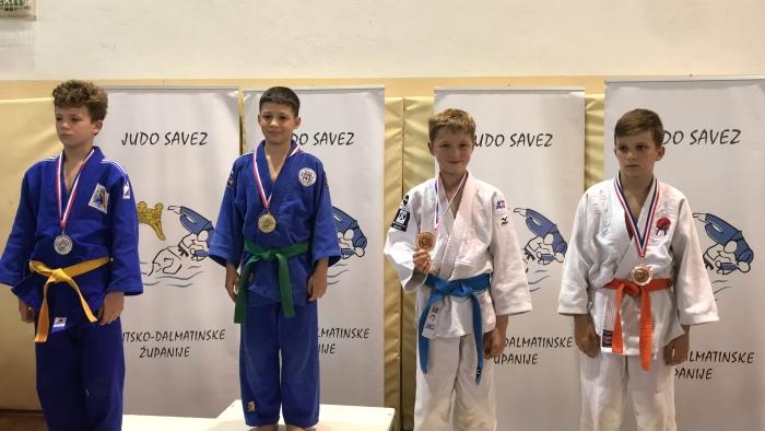 Inno Loeber, 2e van rechts, wint brons in Solin, Kroatië.