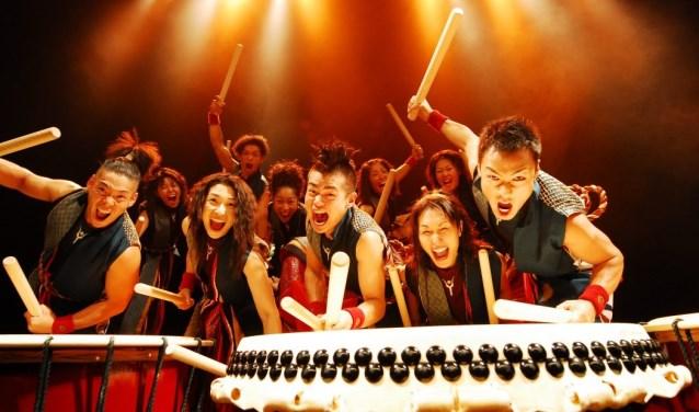 De energie spat van het podioum bij een optreden van de Yamato drummers.