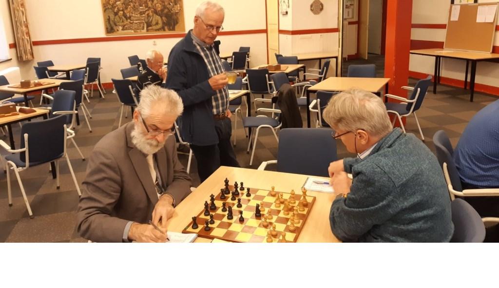 Het duel Chris van Oosterwijk en Hans van de Weteringh eindigde in remise. Martin Markering © BDU Media