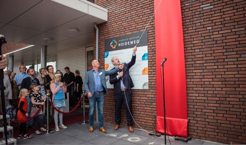 Huisarts Jan Pier van Kooten en Wethouder Menno Tigelaar openen het Medisch Centrum Heideweg.