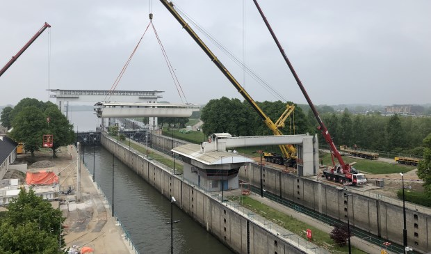 Uithijsen van de loopbrug bij de Beatrixsluis Sas van Vreeswijk © BDU media