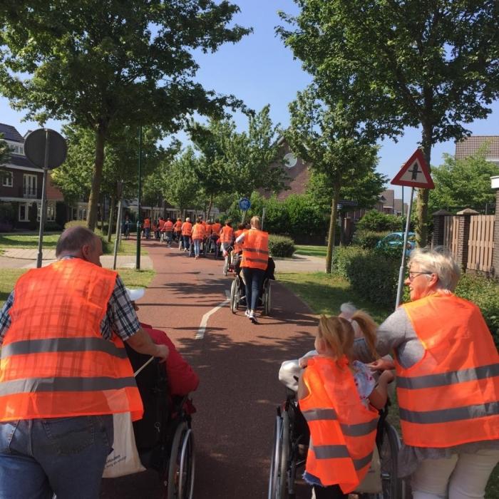 Bewoners, familieleden en vrijwilligers lopen de tweedaagse door Houten