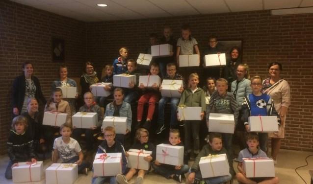 23 kinderen spaarden hun zakgeld op om voedselpakketten ze kunnen verzorgen voor klanten van de Voedselbank.