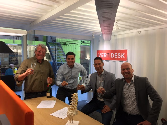 Jisk Boschma, Jonathan Eijsenring (Vertidesk), Jerry Buitendijk en Stefan Schilder (SportSupport) proosten op de samenwerking