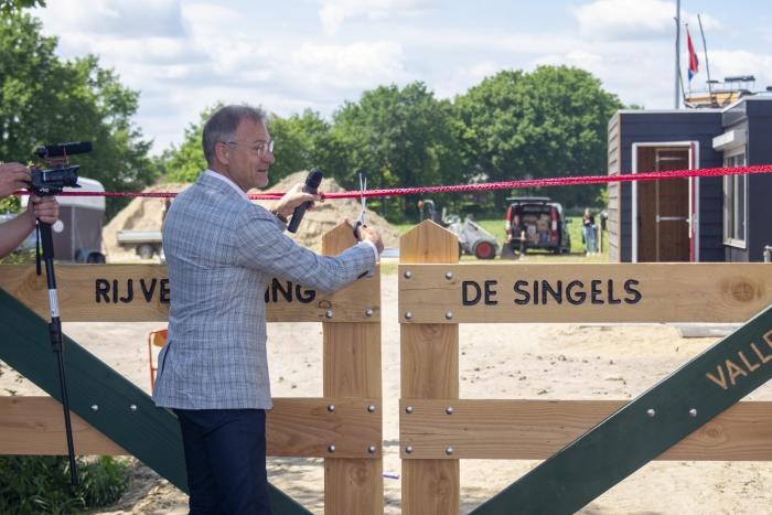 Wethouder E. van Beurden opent de nieuwe acomodatie van RV de Singels