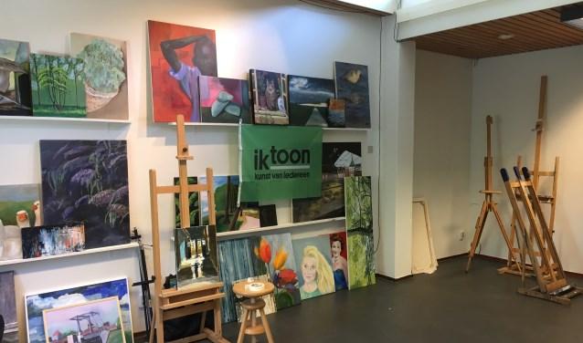 De AAS-expositie wordt ingericht. Op de foto een deel van de werken.