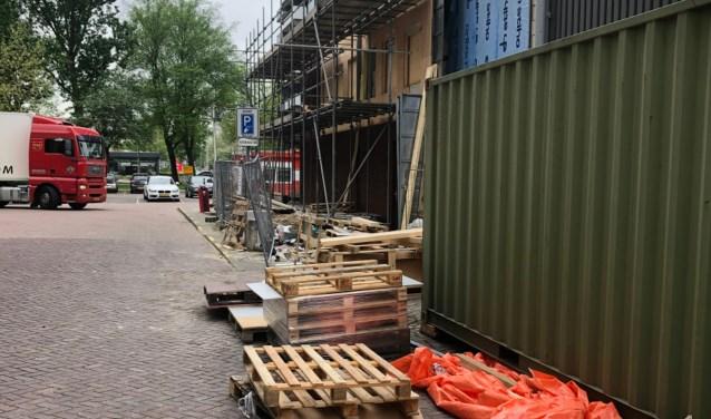 Wethouder Herbert Raat wil bouwrommel bij Groenhof opgeruimd hebben. De situatie verbetert inmiddels.