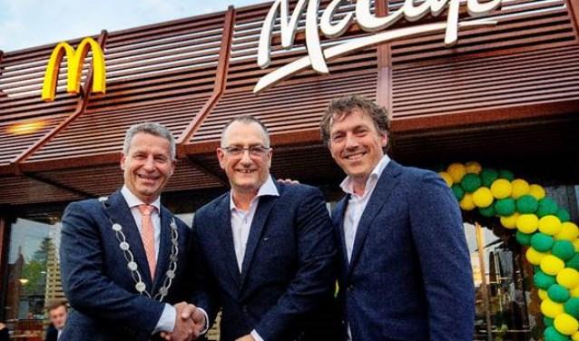 Burgemeester Dirk Heijkoop, Dick Bovekerk en Erwin Dito (v.l.n.r.) vieren de opening van restaurant Hardinxveld-Giessendam
