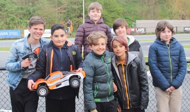 De monteurs, coureurs en Alec (rechts in blauwe jas) en Cailean (achterste rij rechts).