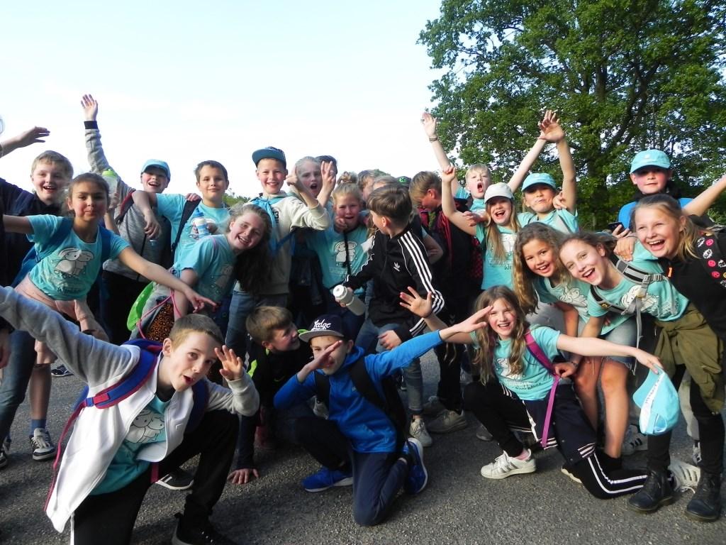 De Delteykschool kreeg van de jury de beker voor de sportiefste/gezelligste school op de 10 kilometer. Hier laten zij nog even zien dat die prijs helemaal terecht is! Richard Thoolen © BDU media