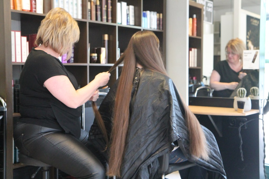 het haar wordt in strengetjes verdeeld Hannie van de Veen © BDU media