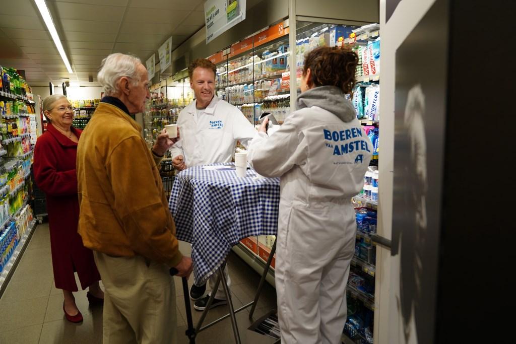 Klanten van PLUS Vreeswijk in Ouderkerk konden zaterdag de melk proeven.  Naomi Heidinga © BDU media