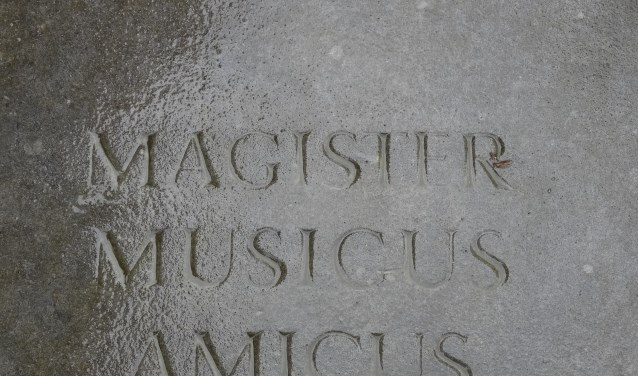 Op zijn graf staat: William Hilsley 1911 tot 2003 Magister Musicus Amicus