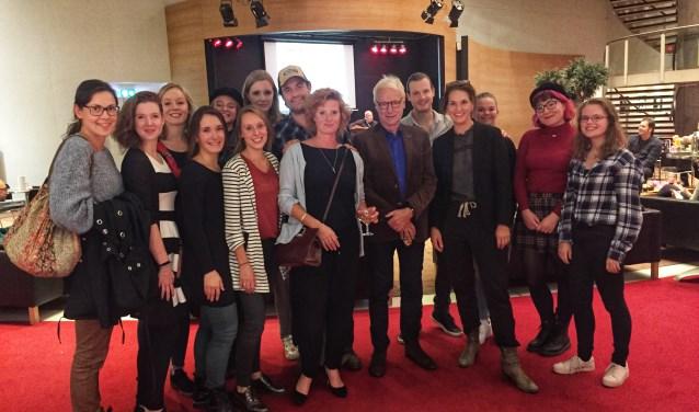De Theaterkijkers van het afgelopen seizoen met Judith Sturm (zesde van links) en de cast van De Vloer Op.