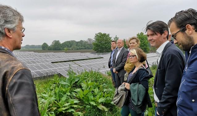 De delegatie uit Utrechtse Heuvelrug luistert geïnteresseerd naar Erik Mol van gemeente Bronckhorst