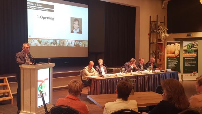 Voorzitter J.W. Boer opent de jaarlijkse ledenvergadering