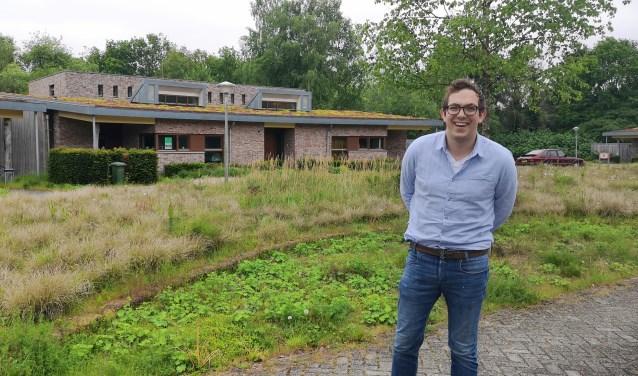 Tim Rooijakkers verbaast zich over de goede staat van sommige gebouwen op het terrein