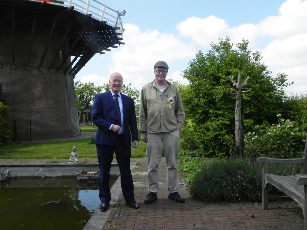 Burgemeester van Bennekom en molenaar Strik voor de molen. Richard Thoolen © BDU media