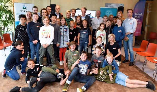 De leerlingen van de 1e Montessorischool op Schiphol. Midden achter, topman Dick Benschop en Prinses Laurentien.