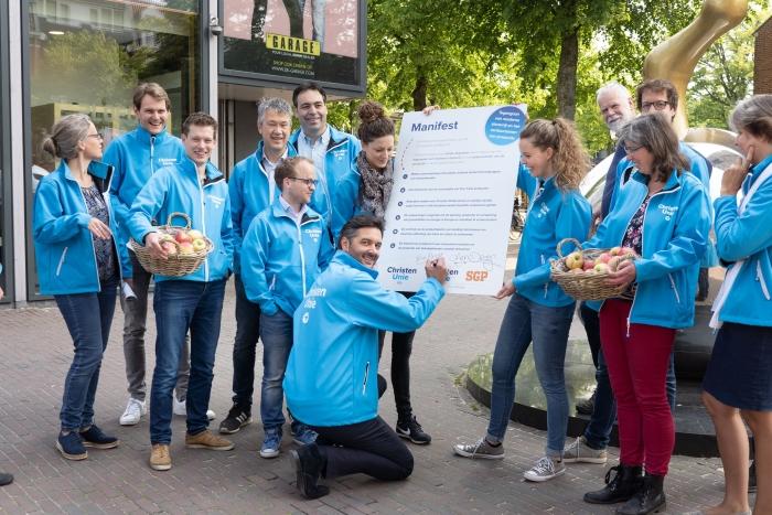 Nico Drost (Tweede Kamerlid ChristenUnie) ondertekent het manifest Niek Stam - Fotografie © BDU Media