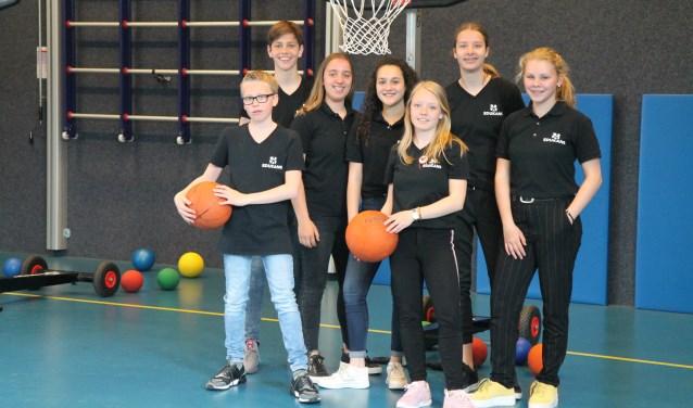 Het team dat Mabel (met basketbal) assisteerde.