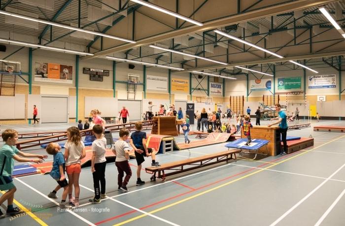 Sportende kinderen tijdens de SportInstuif